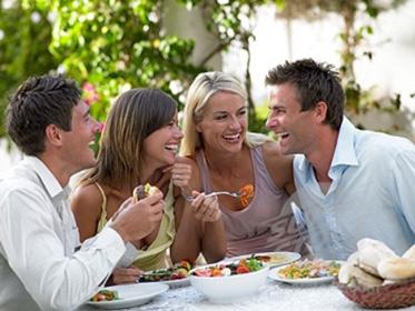Amis qui mangent avec le sourire