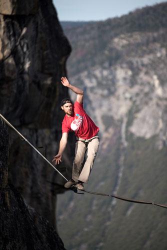 homme progressant en equilibre sur un fil